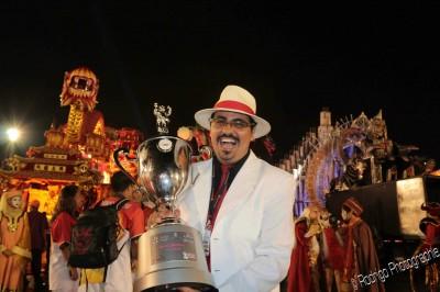 Andre Cezari com troféu Dragões 2013 - Creditos Rodrigo Fotos
